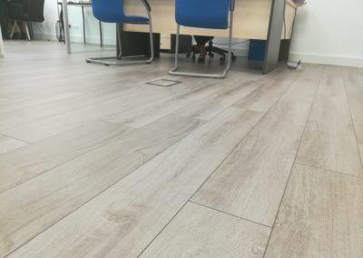 detalle instalación tarima en oficinas